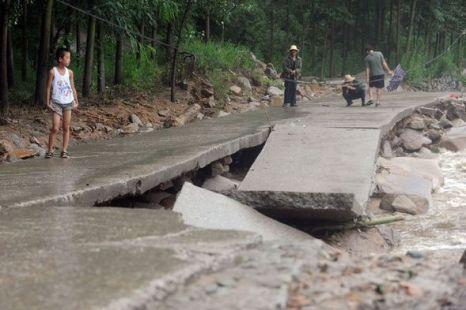 Горную дорогу смыло паводком. Фото: kanzhongguo.com