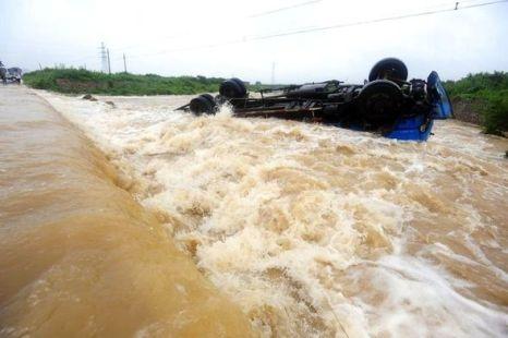 10 тонный грузовик переправлялся через мост, который снесло сильным паводком. Фото: kanzhongguo.com