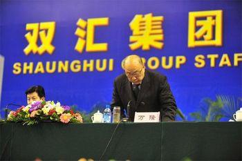 Генеральный директор корпорации «Шуанхуэй» Ван Лун приносит извинения за некачественное мясо. Фото с epochtimes.com