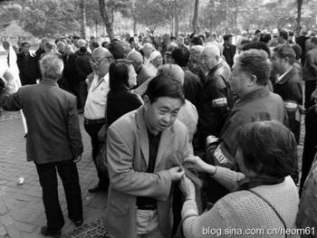 Несколько сот пенсионеров провели шествие в поддержку проходящей в США акции «Захвати Уолл-стрит». Город Чжэнчжоу провинции Хэнань. Октябрь 2011 год. Фото с epochtimes.com