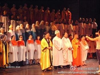 Коммунистическая партия Китая старается максимально контролировать религии в стране. На фото представители пяти религий исполняют «красные песни» (песни, прославляющие компартию). Июнь 2011 год. Фото с epochtimes.com