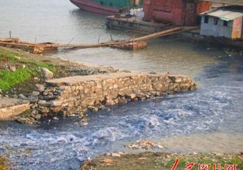 В Янцзы каждый год сбрасываются десятки миллиардов тонн промышленных отходов. Фото с epochtimes.com