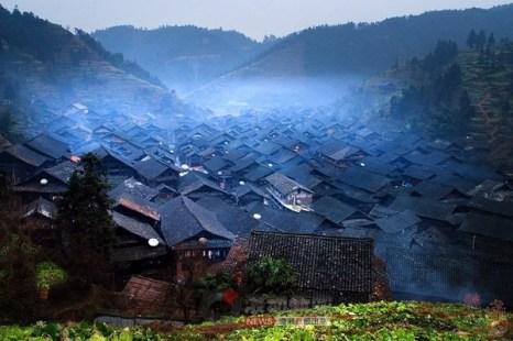 Расположенные близко друг к другу деревянные дома деревни Синьфэн до пожара. Провинция Хубэй. Февраль 2012 год. Фото с epochtimes.com
