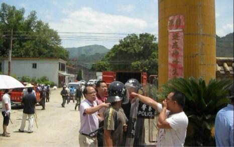Полицейские подавили протест крестьян. Деревня Сяоцзян провинции Гуандун. Июль 2012 год. Фото с epochtimes.com