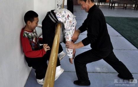 Нелёгкая тренировка детей в классе по обучению пекинской опере. Ученики должны пройти 12- летний курс обучения, только после этого они могут поступить в Институт искусств. Город Шэньян провинция Ляонин. 3 ноября 2011 год. Фото с news.ifeng.com