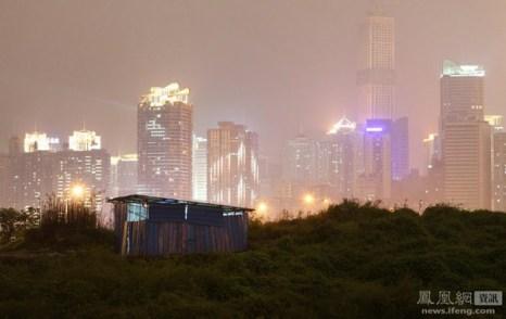 Хрупкая хижина рабочих-мигрантов на фоне возвышающихся небоскрёбов. Город Чунцин. 6 ноября 2011 год. Фото с news.ifeng.com