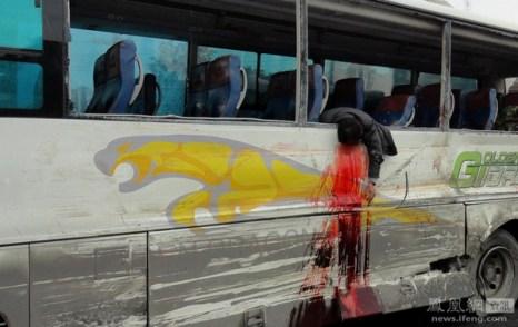 В результате столкновения пассажирского автобуса с грузовиком погибло 6 человек. В автобусе был перегруз пассажиров. Город Лоуди провинции Хунань. 9 ноября 2011 год. Фото с news.ifeng.com