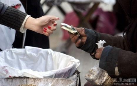83-летняя женщина каждый день продаёт на улице плоды граната и конопляные семена, обеспечивая себе таким образом пропитание. У неё 4 сына и 1 дочь и никто из них не помогает матери. Город Ланьчжоу провинции Ганьсу. 10 ноября 2011 год. Фото с news.ifeng.com