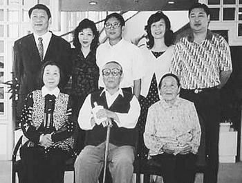 Фотография семьи Си Цзиньпина. Спереди слева направо: мать, отец, сестра матери. Си Цзиньпин слева сзади. Фото с epochtimes.com