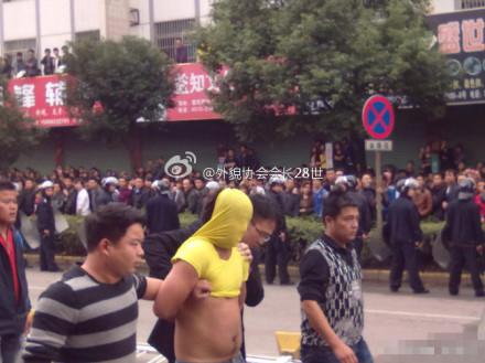 Во время протестов рабочих швейных фабрик. Провинция Чжэцзян. Октябрь 2011 год. Фото с epochtimes.com