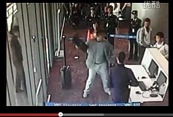 Разгневанный партийный функционер разносит помещение аэропорта
