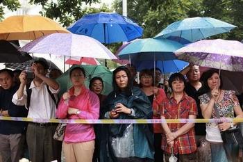 Родители ждут своих детей с экзамена. Пекин. Июнь 2013 года. Фото с epochtimes.com