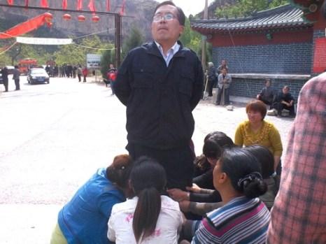 Крестьяне на коленях умоляют чиновника о помощи. Провинция Хэбэй. Апрель 2013 год. Фото с epochtimes.com