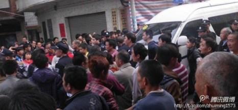 Фото с места событий. Полицейские автобусы без номерных знаков. Провинция Гуандун. Декабрь 2012 года. Фото с epochtimes.com