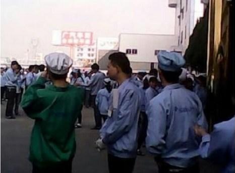 Коллективная забастовка рабочих компании «Аоли» в провинции Гуандун. 21 января 2013 года. Фото с epochtimes.com