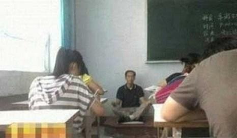 Пока ученики выполняют задание, учитель медитирует. Фото с epochtimes.com