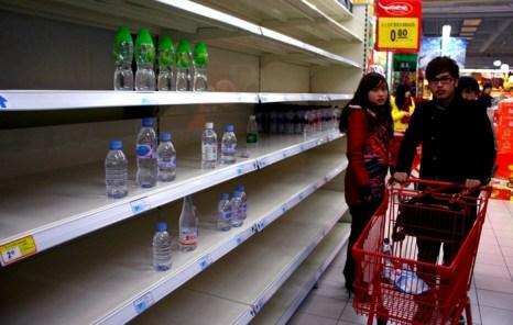 Из-за загрязнения реки Янцзы горожане раскупили почти всю воду в магазинах. Город Чжэньцзя провинции Цзянсу. 2012 год. Фото: STR/AFP/Getty Images
