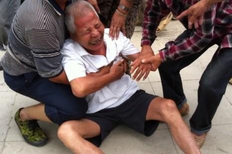 Протест крестьян против отъёма чиновниками земли. Китай, провинция Фуцзянь. Май 2013 года. Фото с epochtimes.com