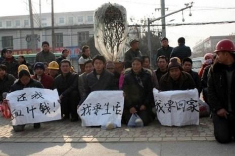 Рабочие на коленях просят выплатить им долг по зарплате. Провинция Шэньси. Январь 2013 года. Фото с epochtimes.com