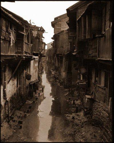 Канал, протекающий между городских улиц. Город Гуанчжоу. Фото с kanzhongguo.com