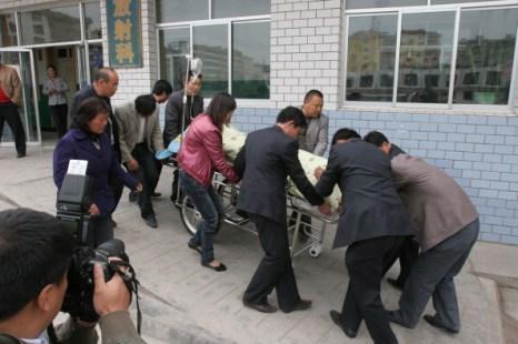 Фоторепортаж  из Китая о взрыве в банке в городе Увэй. Фото: STR/AFP/Getty Images