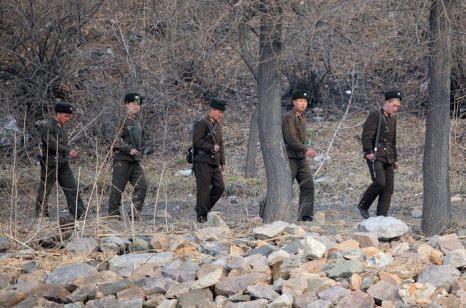 Северокорейский город Синыйджу на реке Ялу, на границе с китайским городом Даньдун, 31 марта 2013 г. 30 марта Северная Корея объявила войну Южной Корее и предупредила Сеул и Вашингтон о том, что любая провокация быстро перерастёт в ядерный конфликт. Фото: STR/AFP/Getty Images