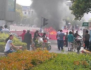 На востоке Китая сгорел дотла автомобиль чиновника. Фото: epochtimes.com