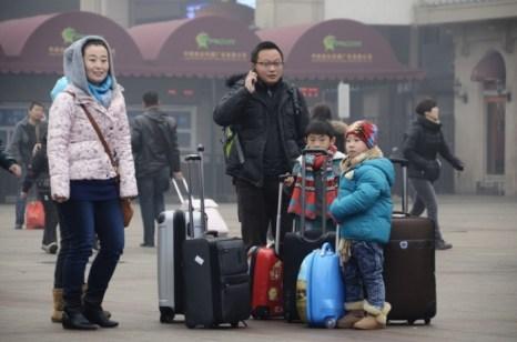 Вся семья в сборе, ловят машину. 31 января 2013 года, Пекин. Фото: WANG ZHAO/AFP/Getty Images
