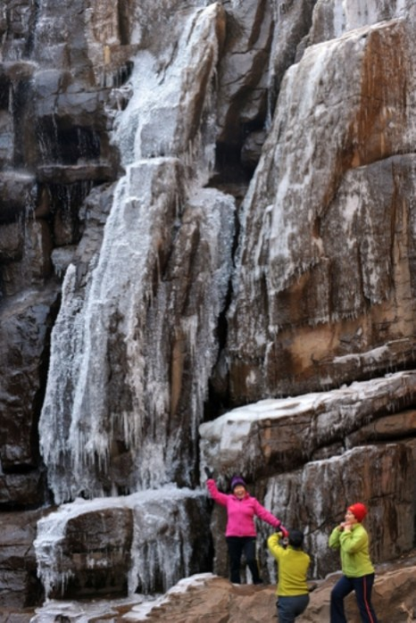 Ледопад в горах Лаошань на востоке Китая. Фото: epochtimes.com