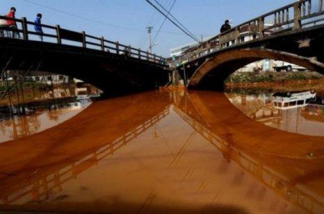 В уезде Хайянь провинции Чжэцзян, где вода в реке стала похожа на «апельсиновый сок». Фото: kanzhongguo.com