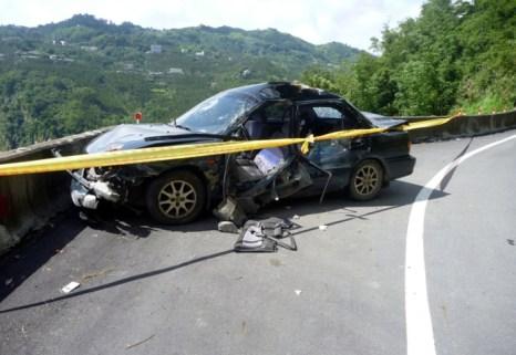 Автомобиль был повреждён в результате камнепада во время землетрясения, женщина-водитель доставлена в больницу, в настоящее время она находится в коме. Фото с  epochtimes.com