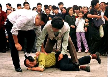 Полицейские агенты в штатском арестовывают сторонника Фалуньгун в Китае. Фото: minghui.org