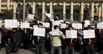 Рабочие-мигранты на коленях просят, чтобы им выплатили заработанные деньги. Провинция Шэньси, Китай. 10 января 2013 года. Фото с epochtimes.com