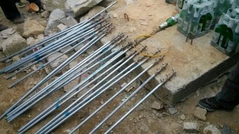 Приготовленные рабочими неизвестно для чего палки с шипами. Гуанси. Ноябрь 2013 года. Фото с epochtimes.com