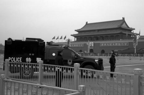 Китайские полицейские на страже у ворот Тяньаньмэнь во время III пленума ЦК КПК, Пекин, 9 ноября. По окончании пленума было заявлено о создании китайского КГБ. Фото с сайта theepochtimes.com
