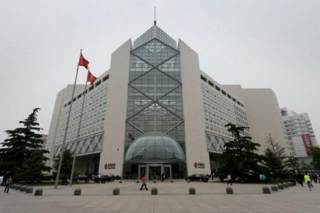 Здание Банка Китая в Пекине, 8 мая 2013 года. В Нью-Йорке 50 человек подали иск в Верховный суд, обвиняя Банк Китая в том, что он осуществлял денежные переводы террористическим группам, и это привело к жертвам во время атак на Израиль. Фото: Марк Ролстон/AFP/Getty Images