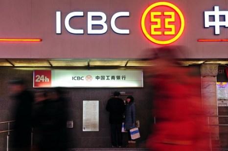 Клиенты снимают деньги в банкомате Торгово-промышленного Банка Китая, Пекин, 29 января 2011 года. Фото: Frederic J. Brown/AFP/Getty Images)
