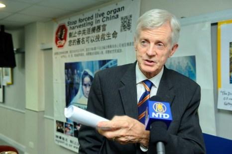 Дэвид Килгур встречается с прессой после встречи, организованной Федерацией медицинских обществ Гонконга 20 июля 2013 года. Фото: Великая Эпоха (The Epoch Times)