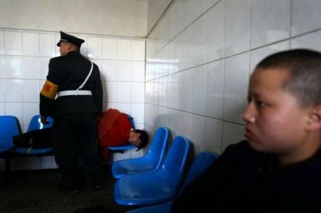 Приёмная психиатрической больницы Куньмина, 1 декабря 2007 года, провинция Юньнань, Китай. Фото: China Photos/Getty Images
