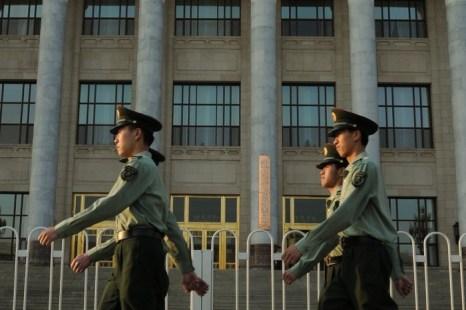 Китайские военные маршируют по площади Тяньаньмэнь в Пекине 16 мая 2012 г. Вокруг Чжоу Юнкана, бывшего главы госбезопасности, сжимается кольцо. Фото: Mark Ralston/AFP/GettyImages
