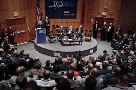 Президент Университета Фордхэм Джозеф Майкл Макшейн выступает на международной конференции по компьютерной безопасности, 8 августа, Университет Фордхэм, Нью-Йорк. Рядом сидят руководителя АНБ, ЦРУ и ФБР. Китайские шпионы добывают много информации на конференциях, где представляются новые технологии, и которые посещают высокие гости. Фото: AP Photo/Bebeto Matthews
