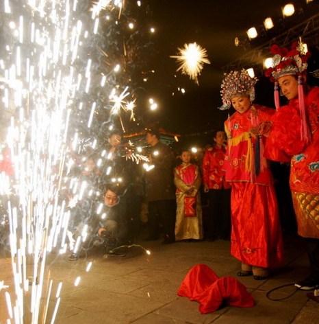 Пары, одетые в традиционную китайскую одежду, позируют для свадебных портретов в День святого Валентина, 14 февраля 2013 года, в Пекине. Фото: Lintao Zhang/Getty Images