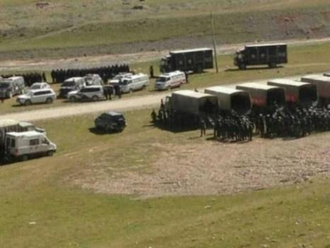 Главы трёх тибетских деревень были уволены за участие в демонстрациях, в которых тысячи тибетцев протестовали против проведения горных работ. Снимок сделан в провинции Цинхай 16 августа 2013 года. Протестующих разгоняли сотни вооружённых полицейских, применяя слезоточивый газ и электрические дубинки, согласно Voice of Tibet (Голос Тибета). Были ранены более ста тибетцев. Фото: Voice of Tibet