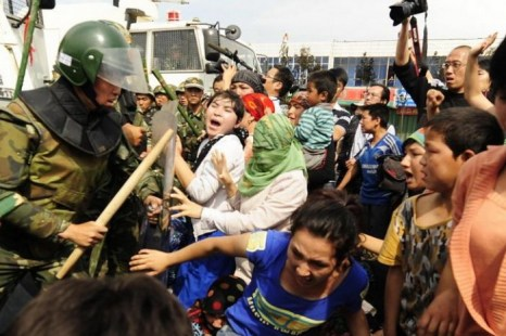 Китайский ОМОН усмиряет протестующих уйгурских женщин в городе Урумчи, провинция Синьцзян, Китай, 7 июля 2009 года. Недавно в Синьцзяне задержали фермеров, требовавших вернуть им землю. По их словам, чиновники незаконно отменили договор аренды. Фото: Peter Parks/AFP/Getty Images