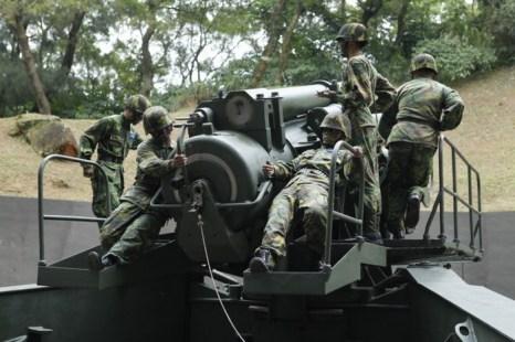 Тайваньские солдаты нацеливают гаубицу калибра 240 мм, во время стандартной тренировки, Мацзу, Тайвань, 8 мая 2013 года. Фото: Ashley Pon/Getty Image