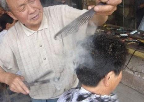 Китайский парикмахер стрижёт раскалёнными щипцами. Фото: epochtimes.com