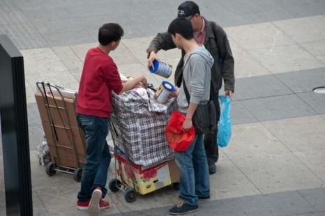 Человек, вернувшись из Гонконга, продаёт молочную смесь для дилеров в г. Шэньчжэнь провинции Гуанчжоу 13 апреля 2013 года. Отсутствие на полках магазинов Европы и Австралии детского питания связано с его массовой закупкой китайскими родителями, опасающихся местной продукции. Фото: STR/AFP/Getty Images