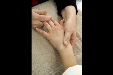 Китайский массаж может снять боль в суставах без побочных эффектов. Фото: orrza/photos.com