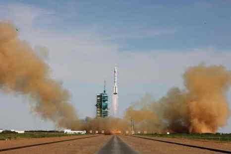 Китайская ракета Long March-2F с пилотируемым аппаратом Шэньчжоу-10 стартует с космодрома Цзюцюань, 11 июня 2013 года, провинция Ганьсу, Китай. Фото: ChinaFotoPress/Getty Images