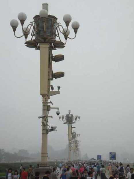 Пользователь Reddit подписал фото: «Камеры и микрофоны на фонарных столбах на площади. Примерно два десятка человек арестованы. Я понятия не имел, какие у меня получатся фотографии. Когда я уходил, начали задерживать людей со смартфонами, которые снимали. Я никогда так не боялся, за всю свою жизнь. Интересно, как они скоординировались? Два десятка человек, это немало». Фото: Tiananmenthrowaway